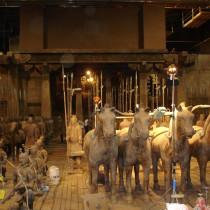 Mausoleum set - Armée des soldats chinois de terracotta et chevaux fabriqués en moulant les modèles, certains sculptés en argile ou en styro et produits en plâtre.