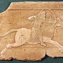 Assurbanipal à la chasse, VII ième siècle av J.C, Ninive, 1994 - Sculpture en cire, moulée et produite en plâtre pour reproduction commerciale